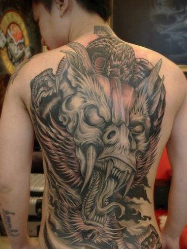 Mẫu hình xăm ở lưng hình rồng đẹp danh cho nam