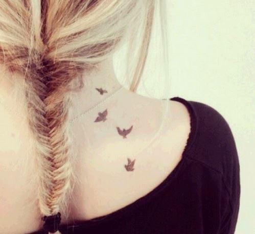 Hình xăm trên lưng nữ hình những chú chim đang bay