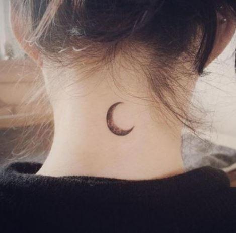 Hình xăm mặt trăng khuyết sau gáy dành cho nữ