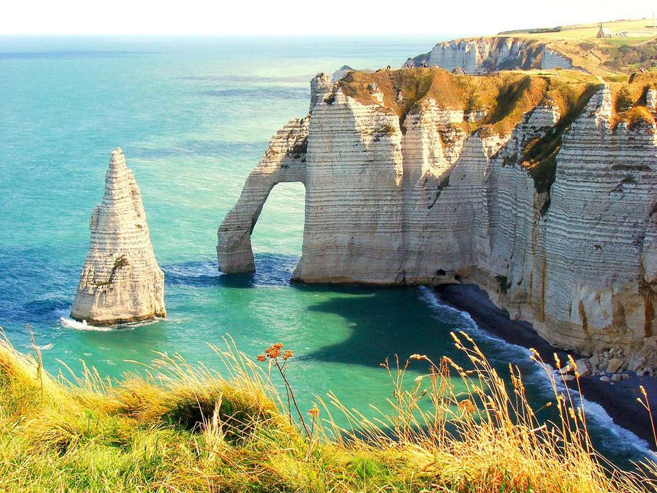 Hình ảnh thiên nhiên giữa biển rộng mênh mông và những tán đá tạo nên một bức tranh hoàn mĩ