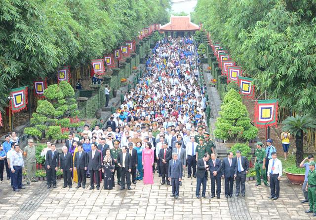 Hình ảnh hàng triệu đồng bào đang hướng vào đề Hùng trong ngày giỗ tổ Hùng Vương (10/3)