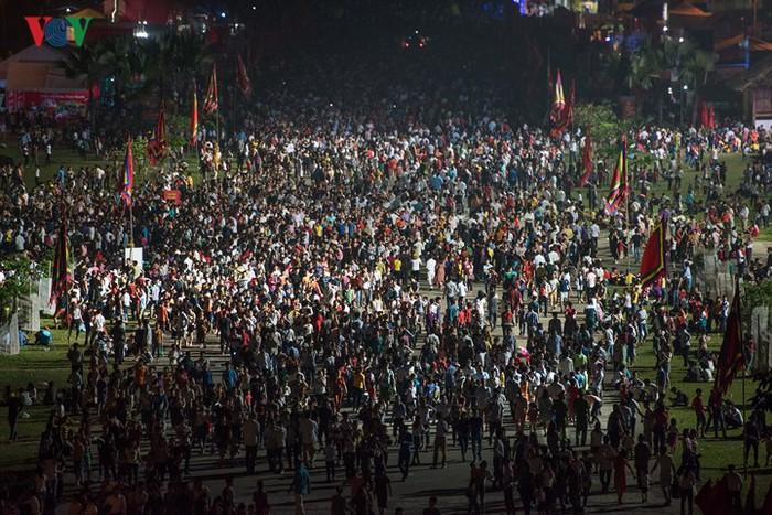 Hình ảnh dòng người đông đúc, tấp nập trong ngày giỗ tổ Hùng Vương