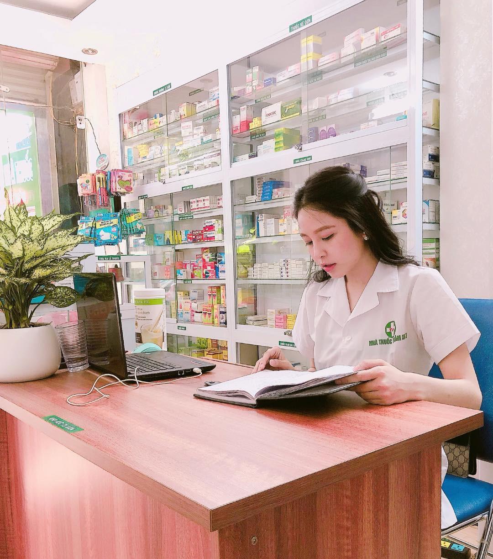 Cô nàng có gương mặt trái xoan xinh xắn và cùng với vòng 1 đầy đặn, quyến rũ. Cô đang là một dược sĩ đã có hiệu thuốc của riêng ở Hà Nội.