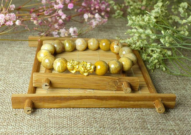 Vòng tay phong thủy đá san hô 12 ly charm Tỳ Hưu bạc xi vàng