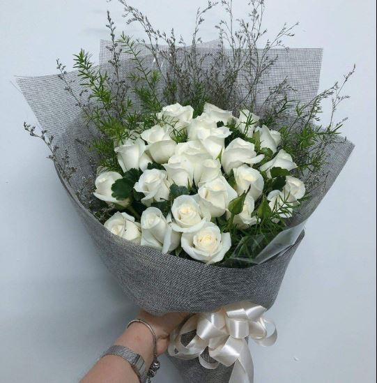 Hình ảnh bó hoa hồng trắng làm quà tặng