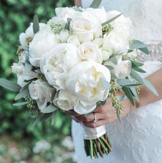 ảnh bó hoa hồng trắng cô dâu