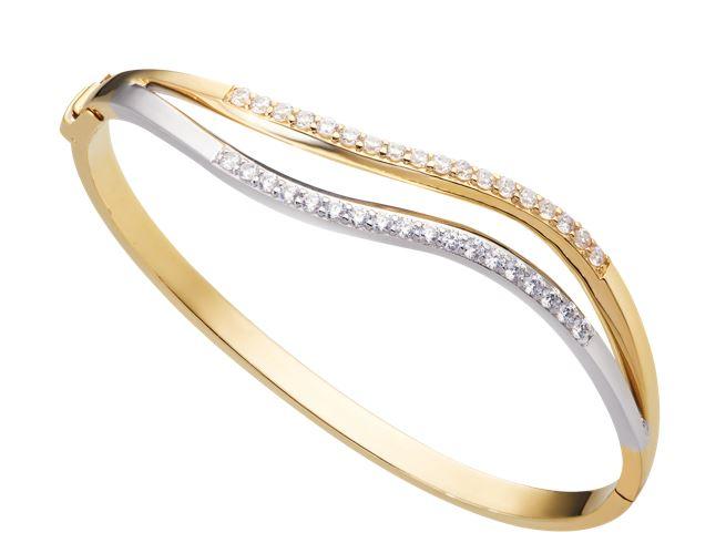 Vòng đeo tay vàng trơn không có những kỹ xảo thiết kế quá cầu kì, đôi khi chỉ là những họa tiết hay các icon đơn giản đính kèm.